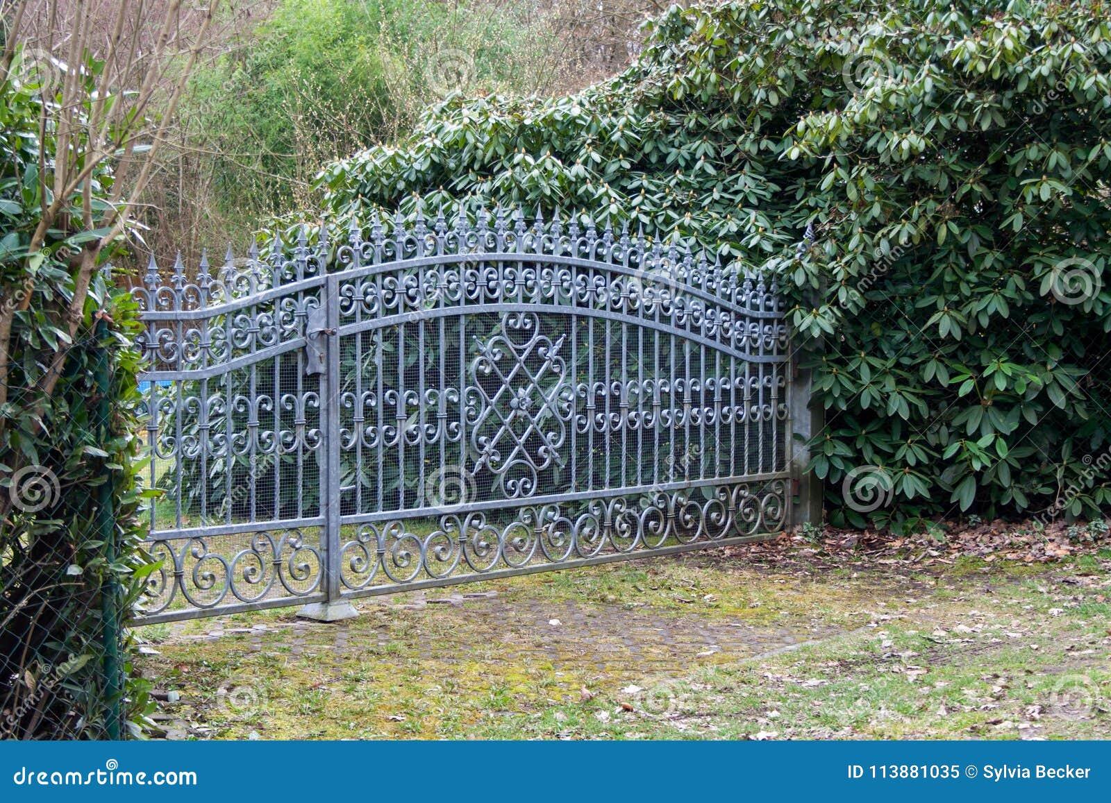 Porte De Jardin En Fer Forgé Image stock - Image du métal, ressort ...