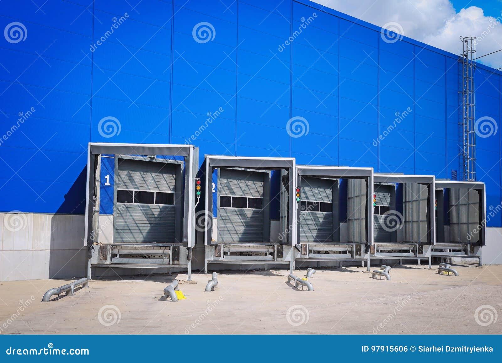 Porte della rampa di caricamento al centro di distribuzione Centro moderno di logistica Magazzino ad un magazzino