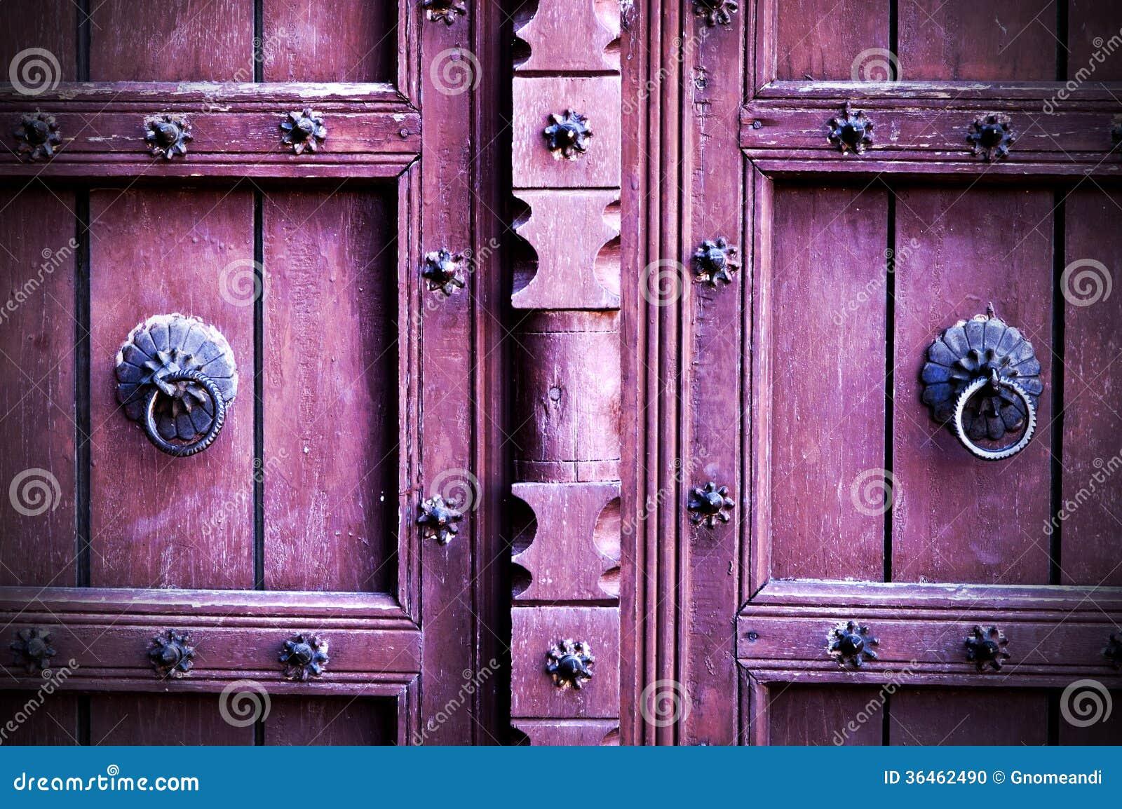 Foto Di Porte Antiche porte di legno antiche con le manopole di porta dell'anello