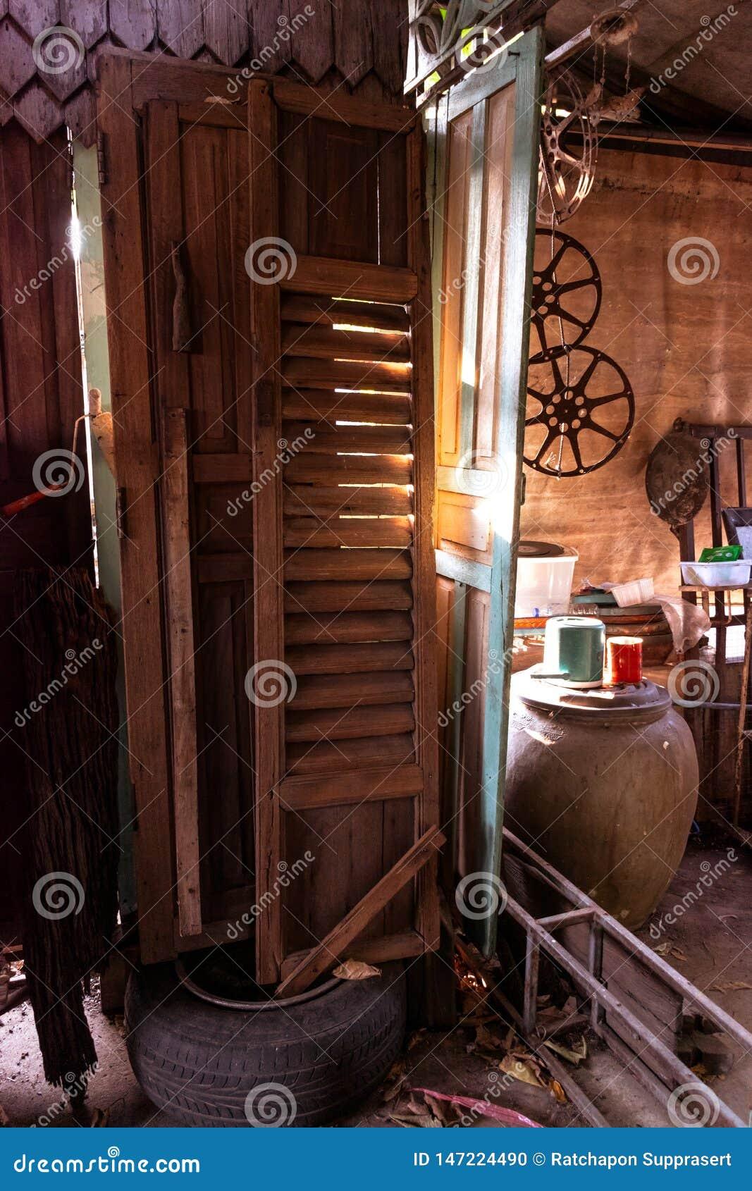 Porte di legno che non sono in uso