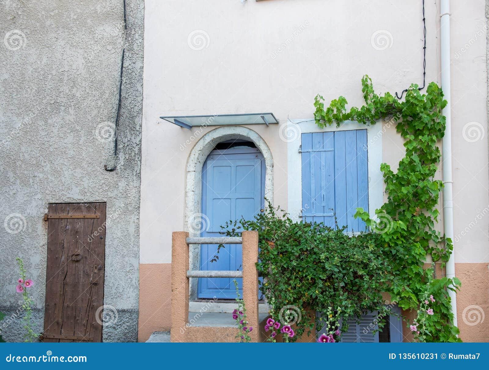 Porte Di Stile Della Provenza Ed Otturatori Di Legno Blu Della ...