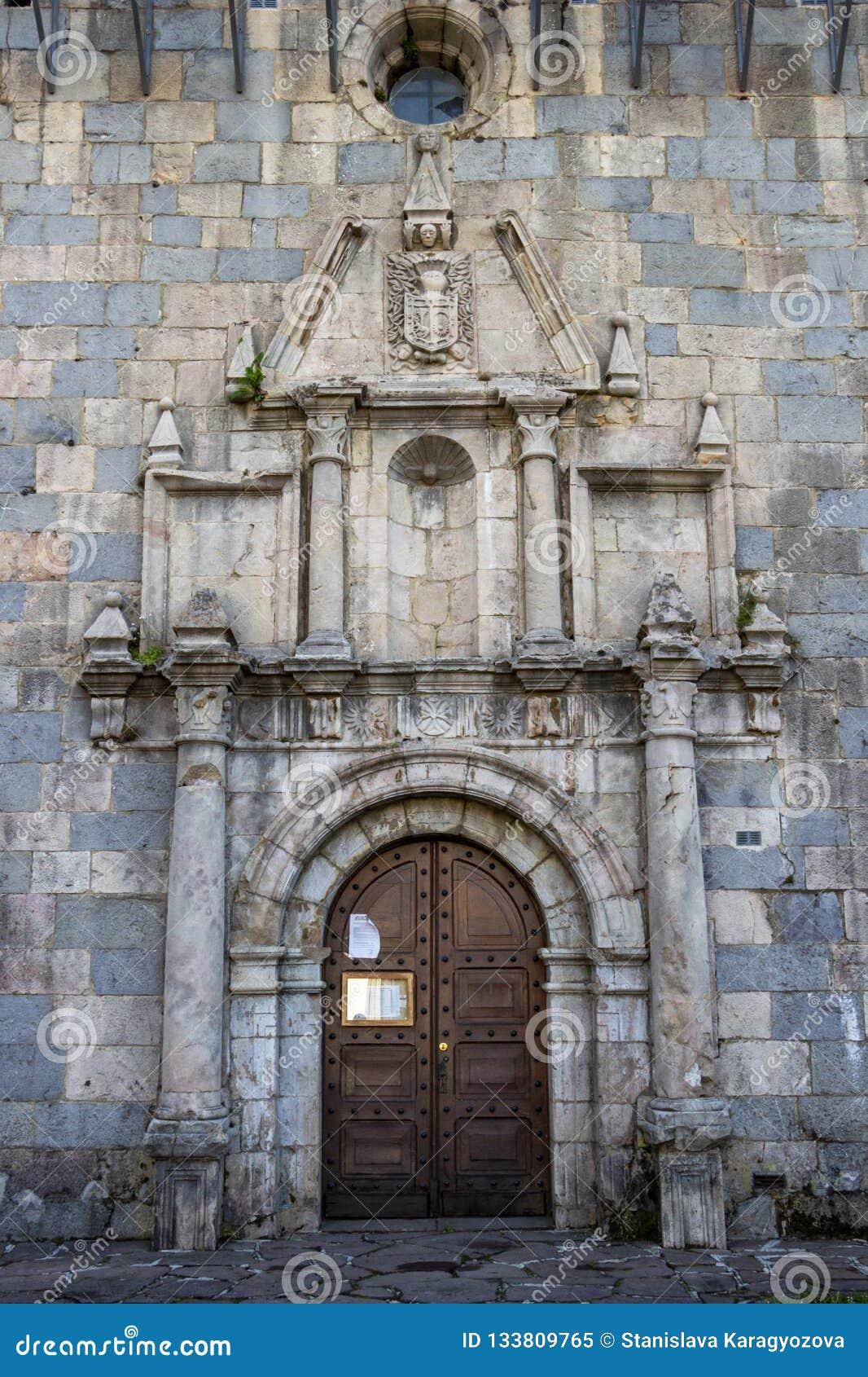 Porte du St Nicolas de Bari d église à Burguete-Auritz, la Navarre, Espagne, détail architectural