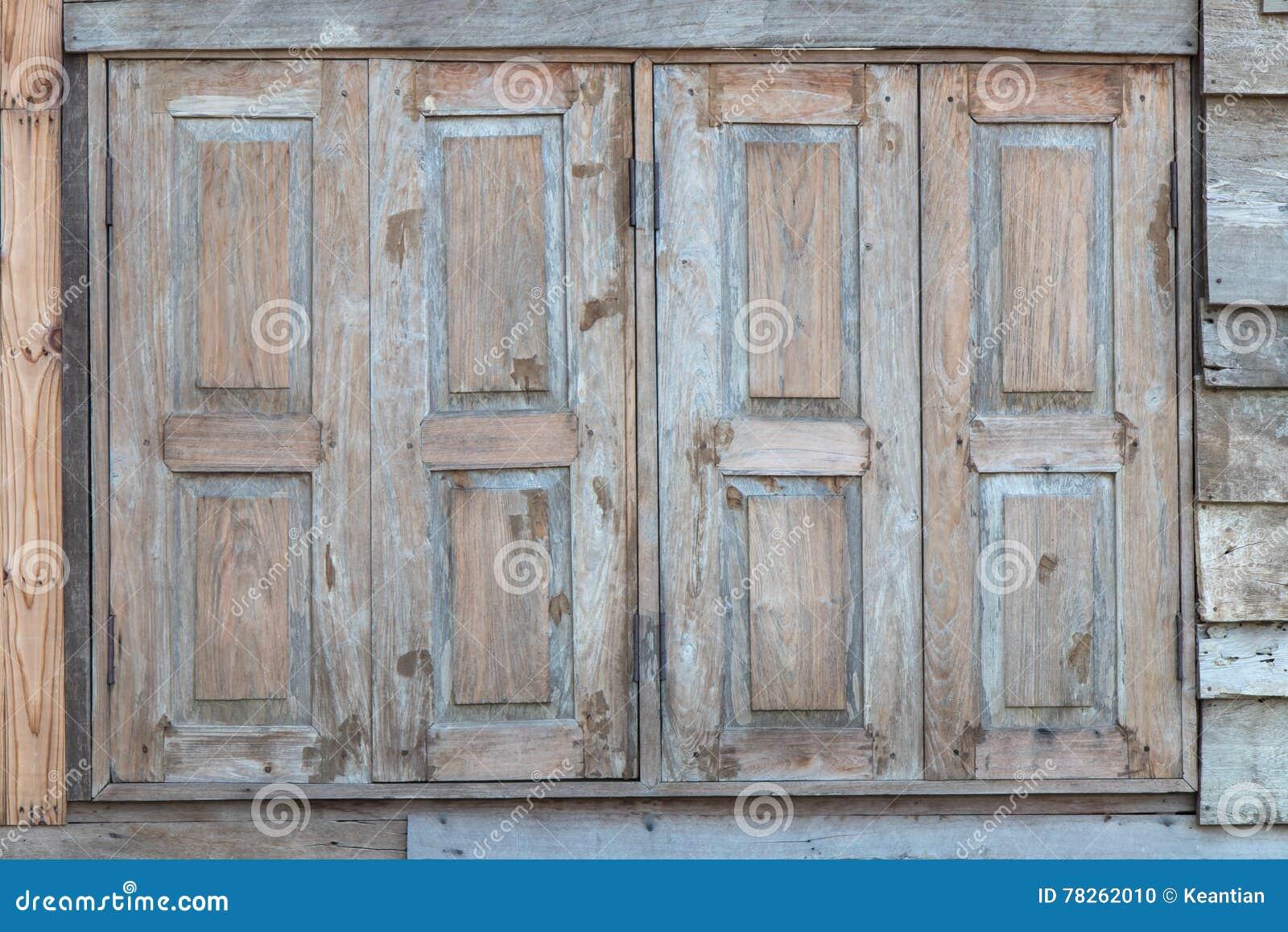 Porte e finestre di legno antiche fotografia stock immagine di retro nero 78262010 - Finestre di legno ...