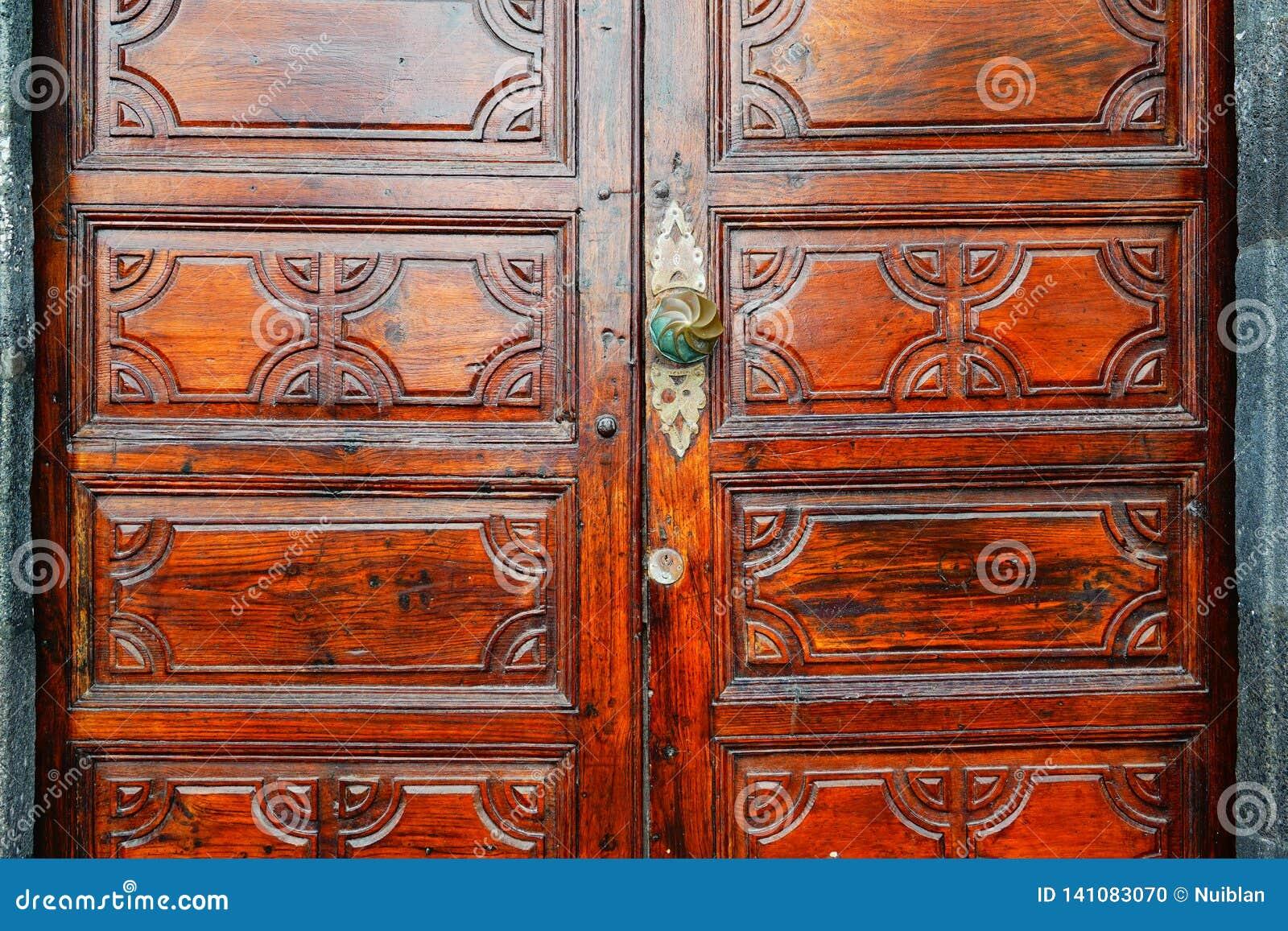 Porte en bois avec la serrure et le heurtoir
