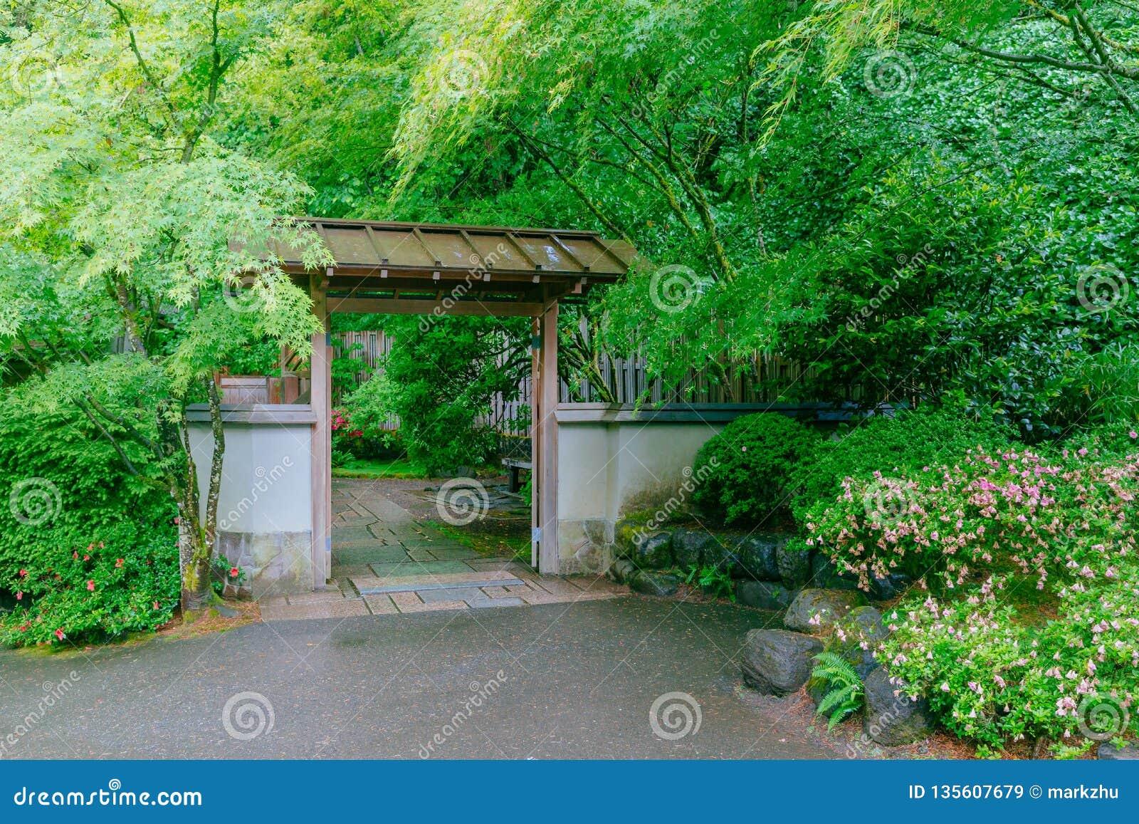 Porte En Bois Parmi Des Arbres Au Jardin Japonais De ...