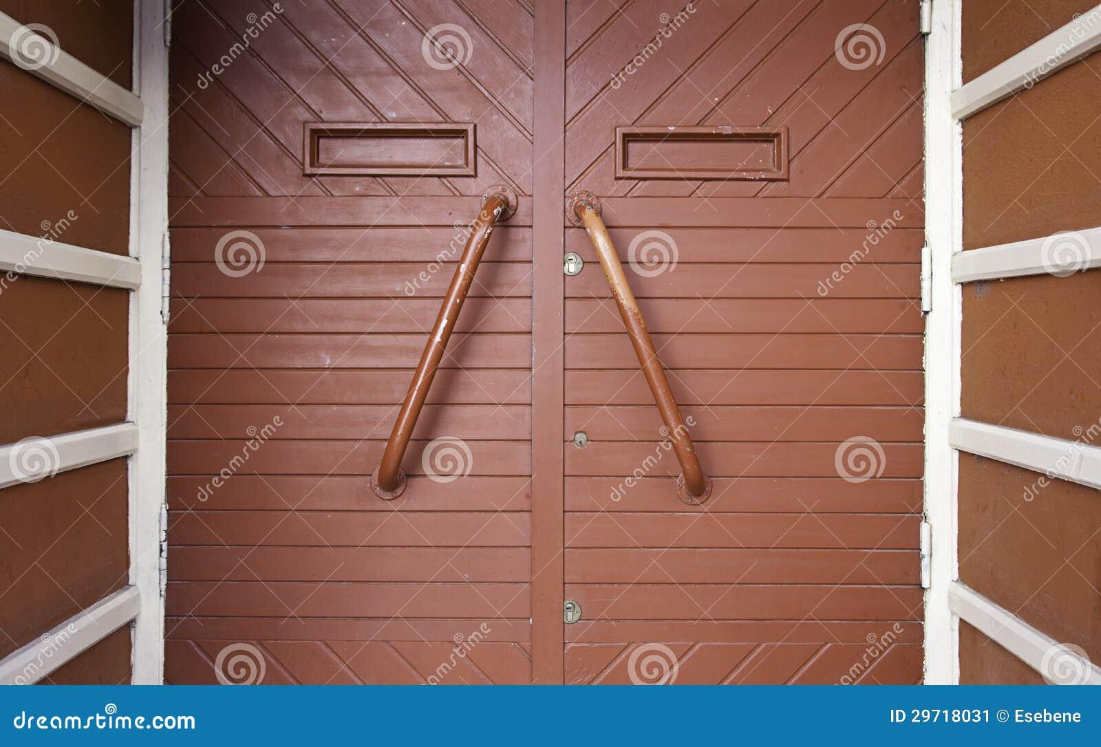 Porte en bois rouge image stock image 29718031 for Decoration d une porte