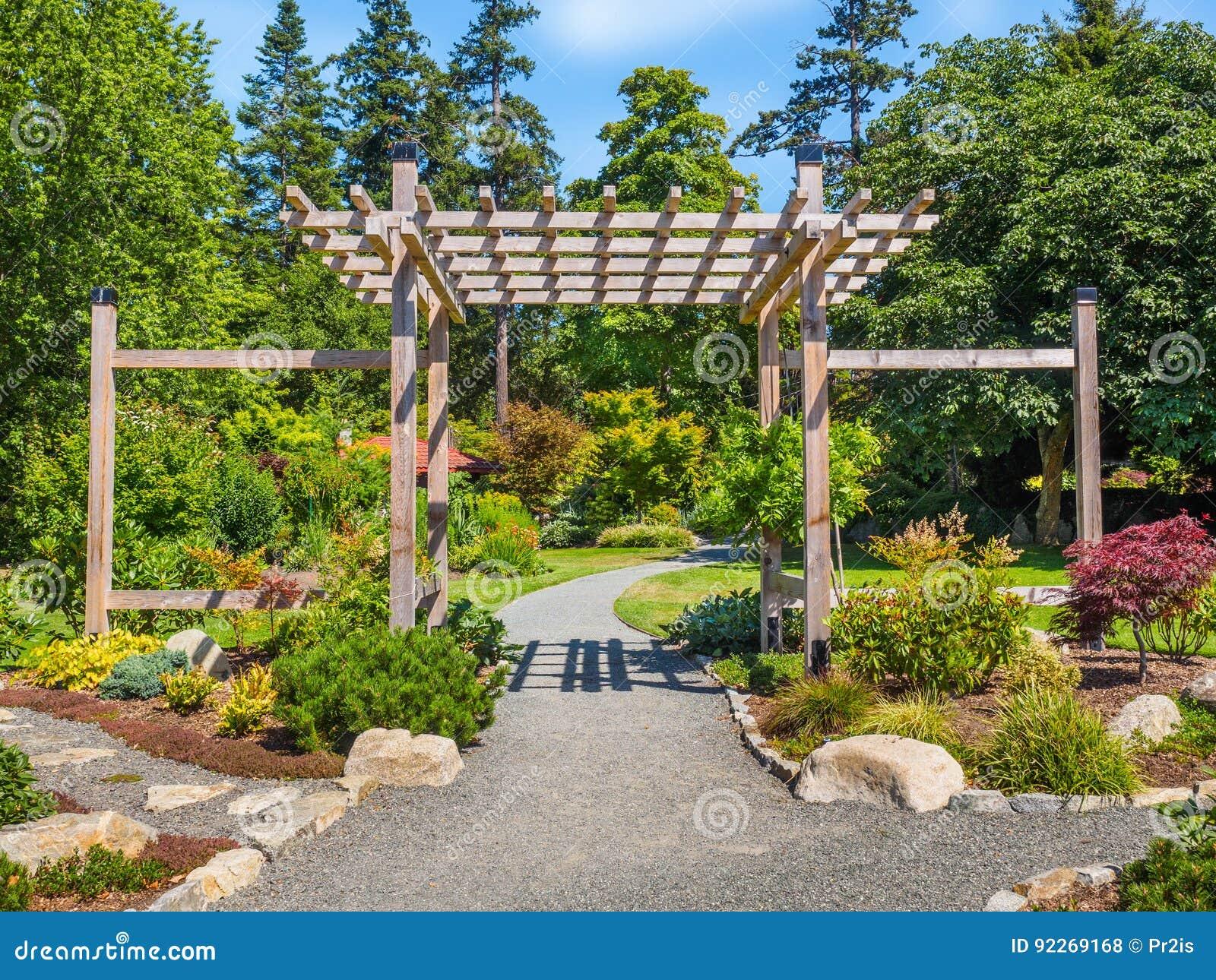 Porte En Bois Typique De Jardin Japonais à L\'entrée Photo ...