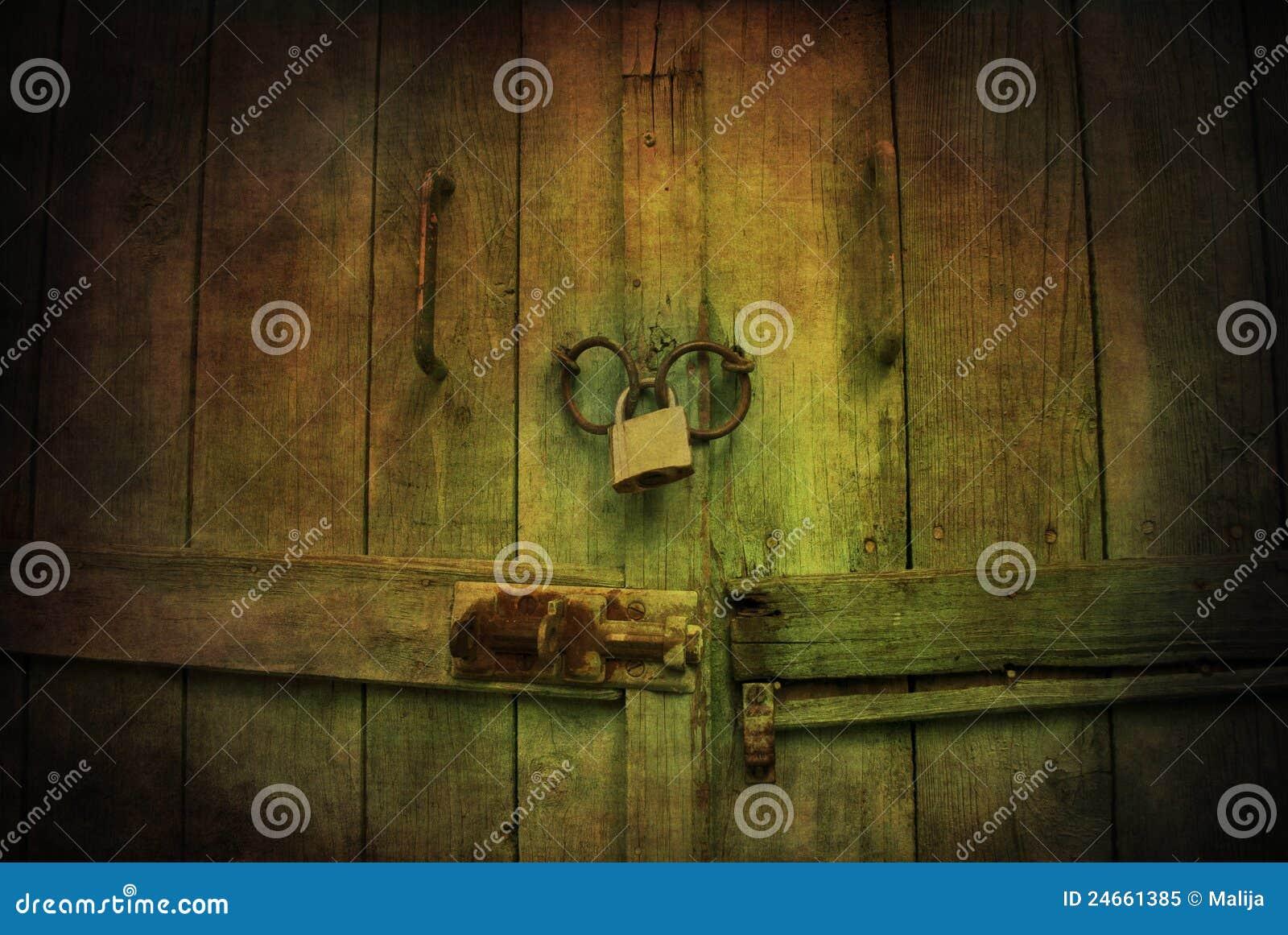 Porte en bois verrouillée mystique