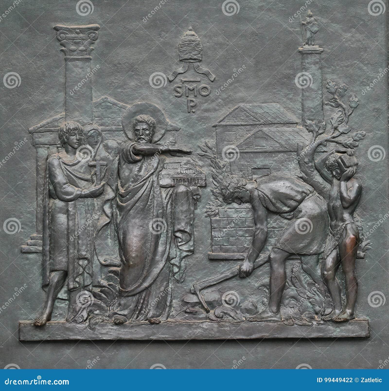 Porte en bronze avec l image de la vie de St Peter : La base du papal voient