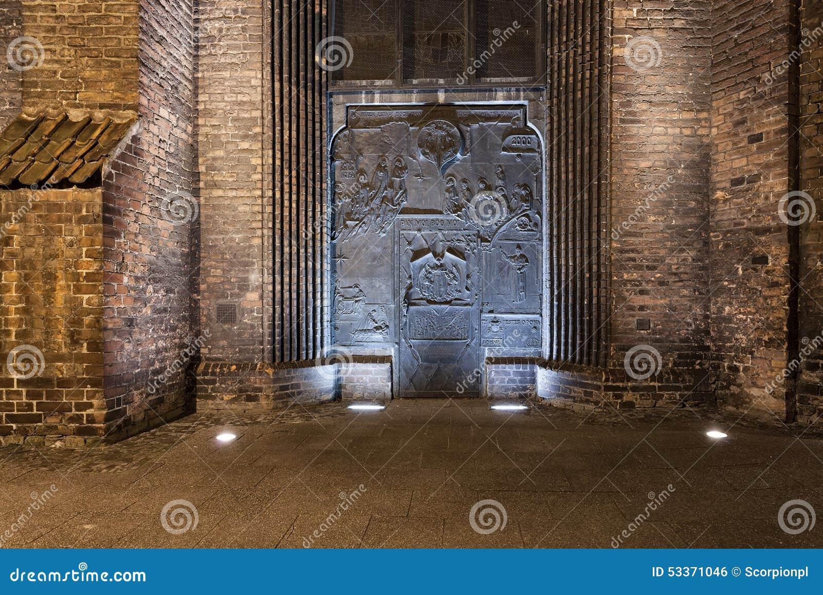 Porte en métal à l église médiévale