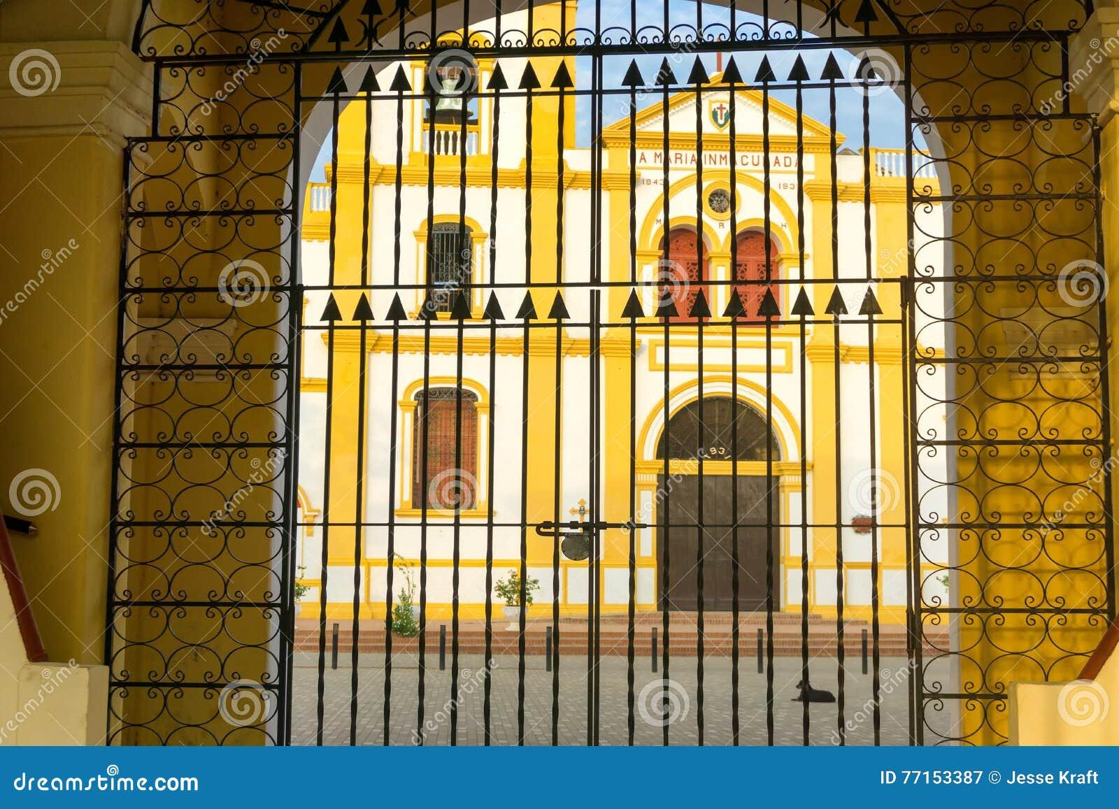 Porte et église dans Mompox