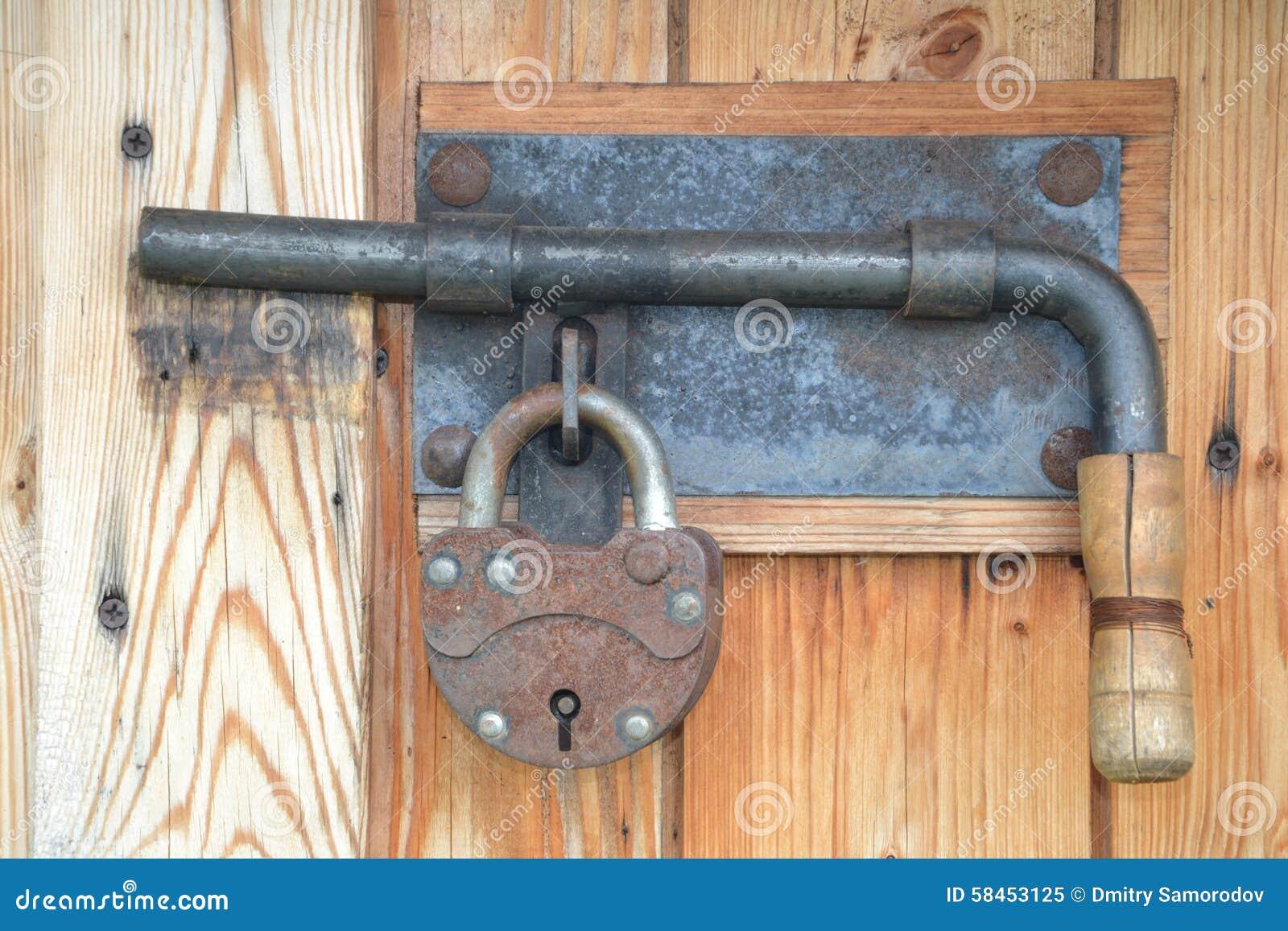 porte ferm e avec une estacade claire voie et un cadenas image stock image du coffre trappe. Black Bedroom Furniture Sets. Home Design Ideas