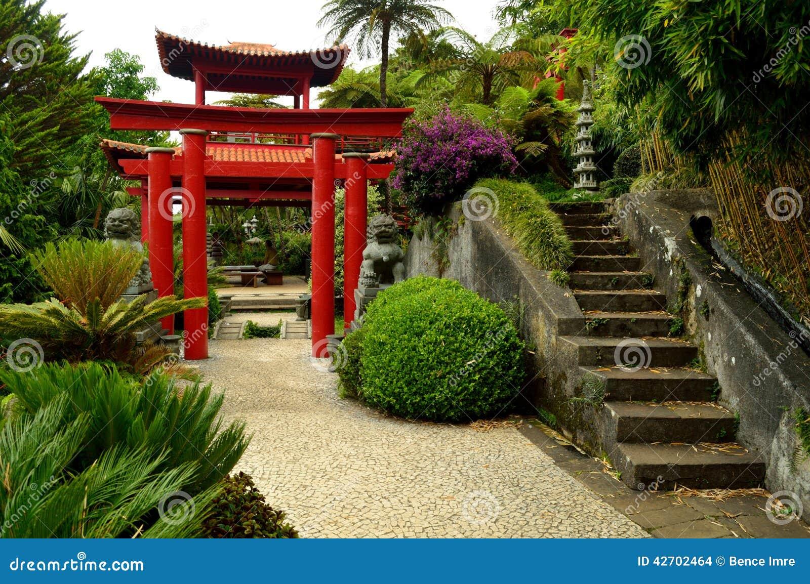 Porte japonaise au jardin tropical de monte palace photo for Porte exterieur de jardin