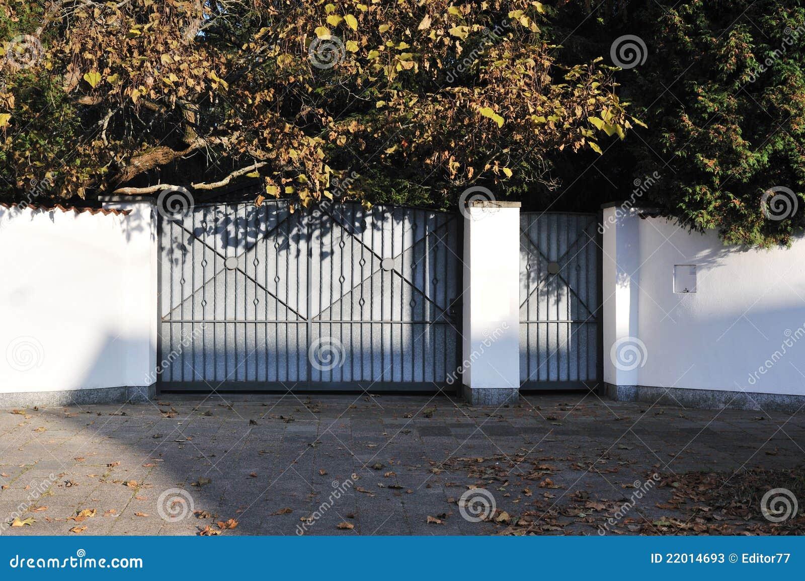 porte m tallique de maison moderne image stock image du s curit detail 22014693. Black Bedroom Furniture Sets. Home Design Ideas