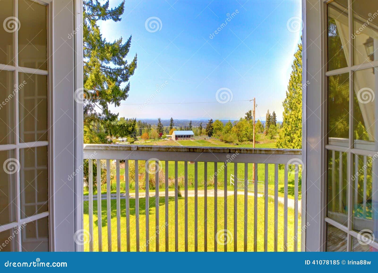 Porte ouverte au balcon vue de paysage de nature image for Fenetre ouverte sur paysage