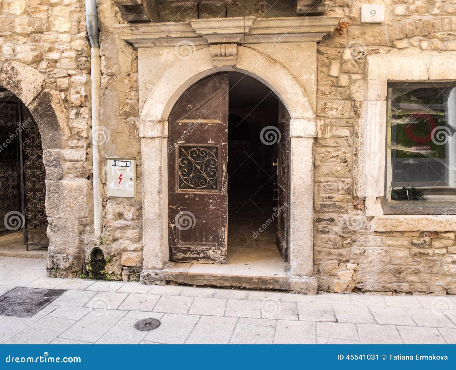Porte ouverte dans la vieille ville photo stock image for Porte ouverte