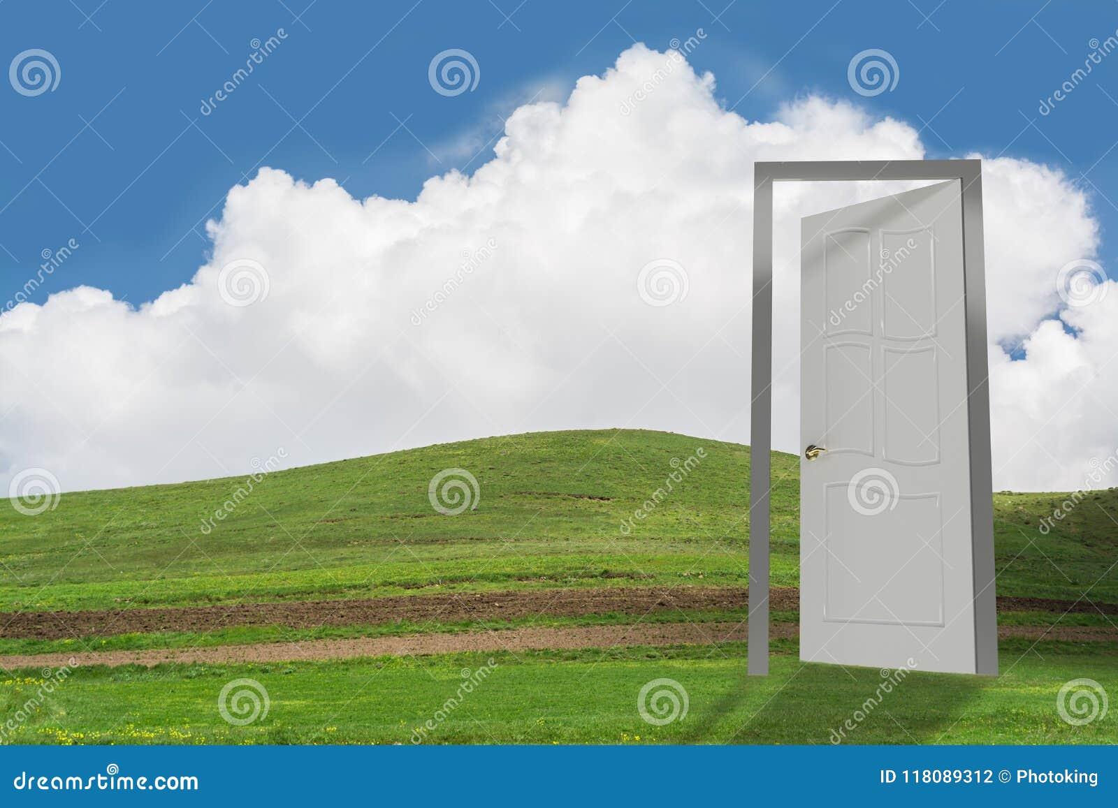 Porte ouverte sur la terre verte