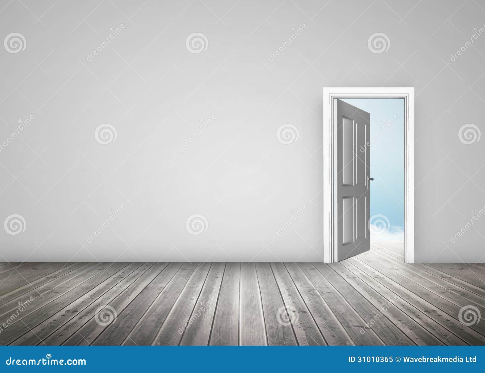 Porte s'ouvrant au ciel bleu dans la chambre grise photo libre de ...