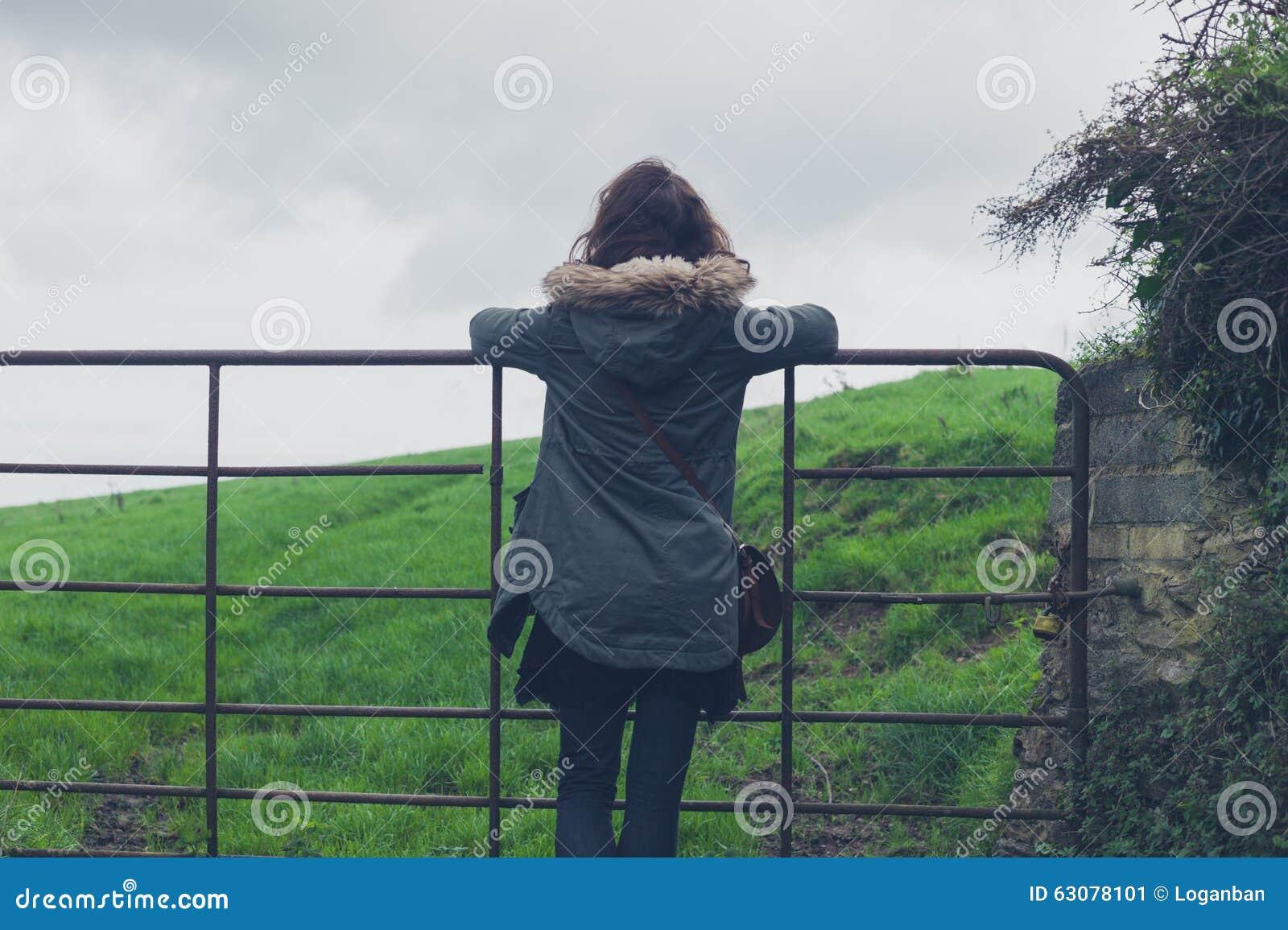 Download Porte Se Tenante Prêt De Femme Dans La Campagne Image stock - Image du pays, caucasien: 63078101