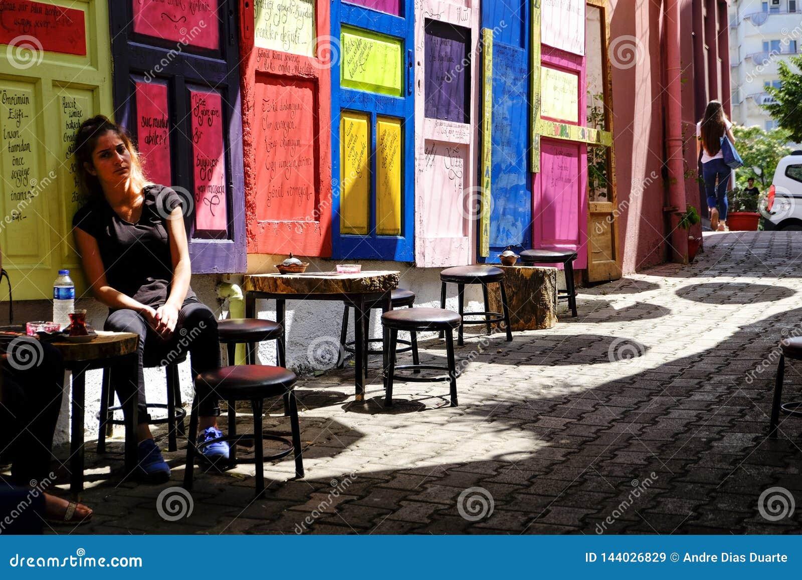 Porte variopinte su un caffè della via in Turikey
