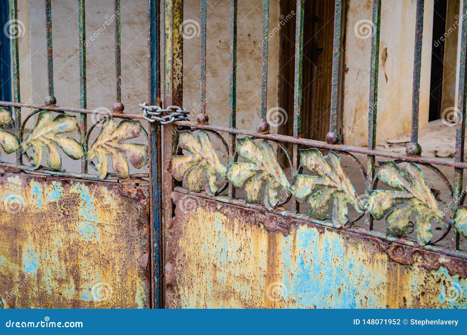 Porte verrouillée et se rouillante avec le motif de feuille