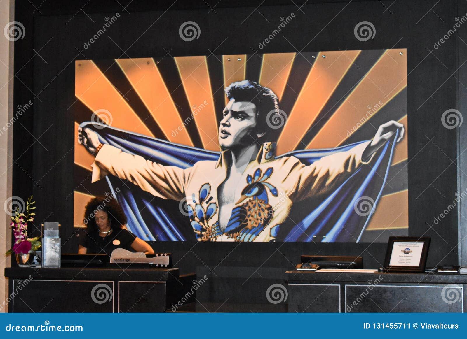 Porteiro do hotel no fundo colorido de Elvis em Hark Rock Hotel