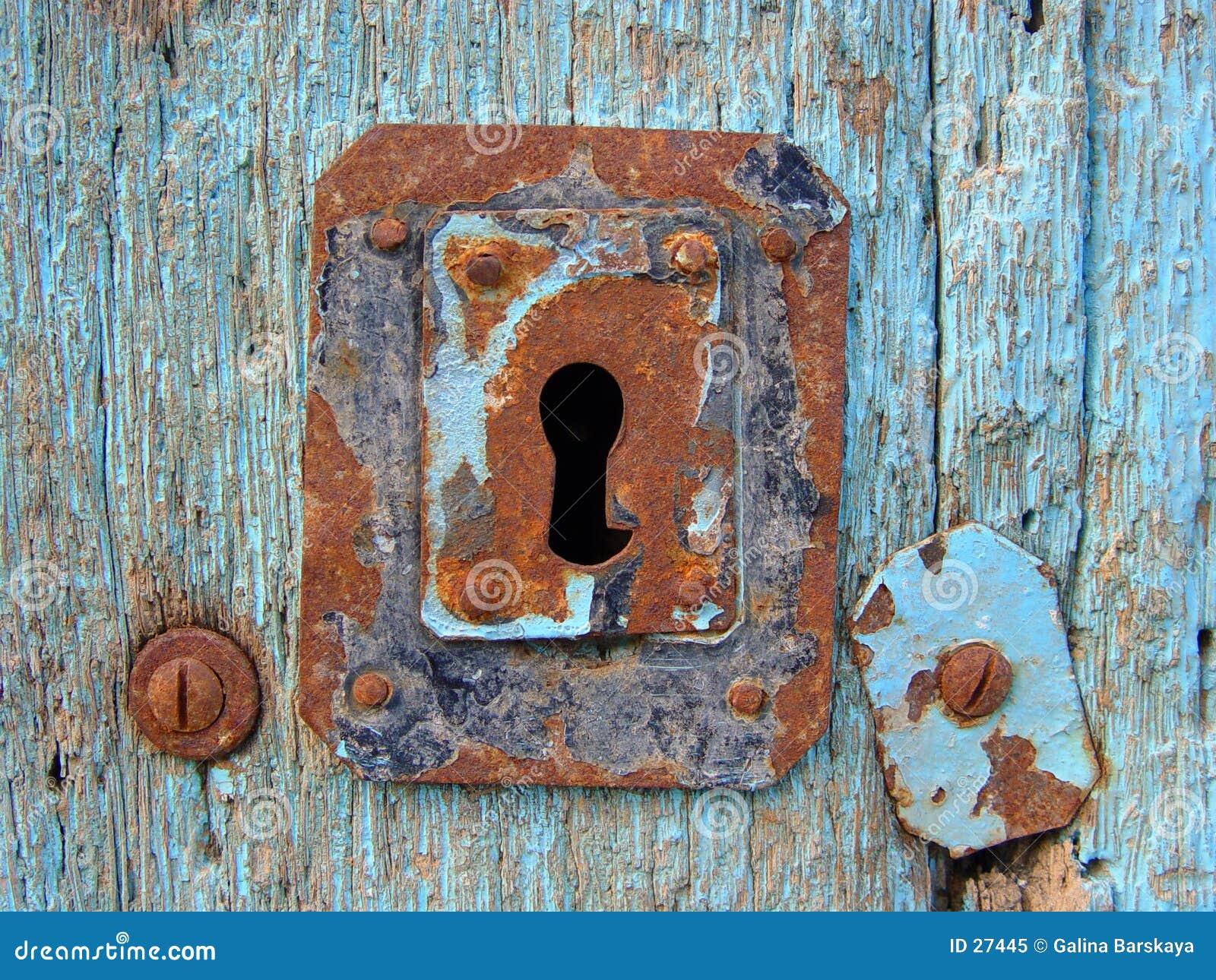 Portello blu con il buco della serratura