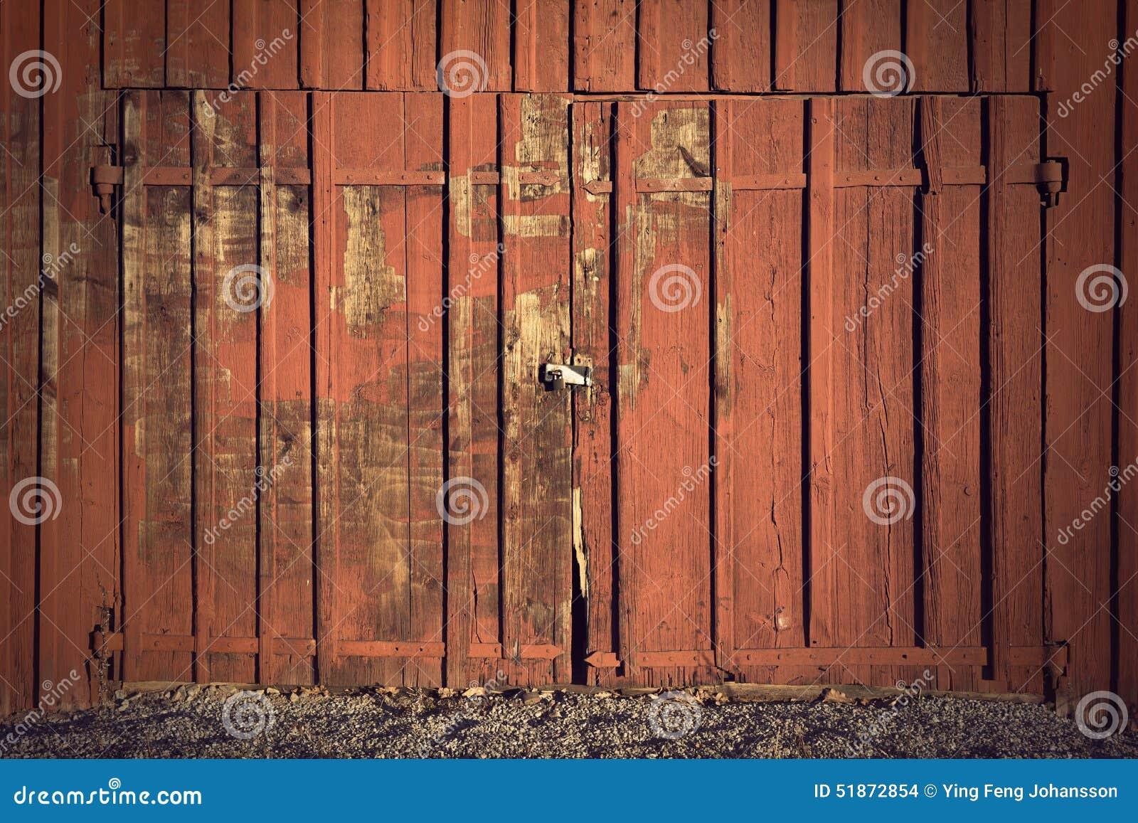 Colori Vernici Legno : Portello sulla tettoia di colore rosso fotografia stock immagine