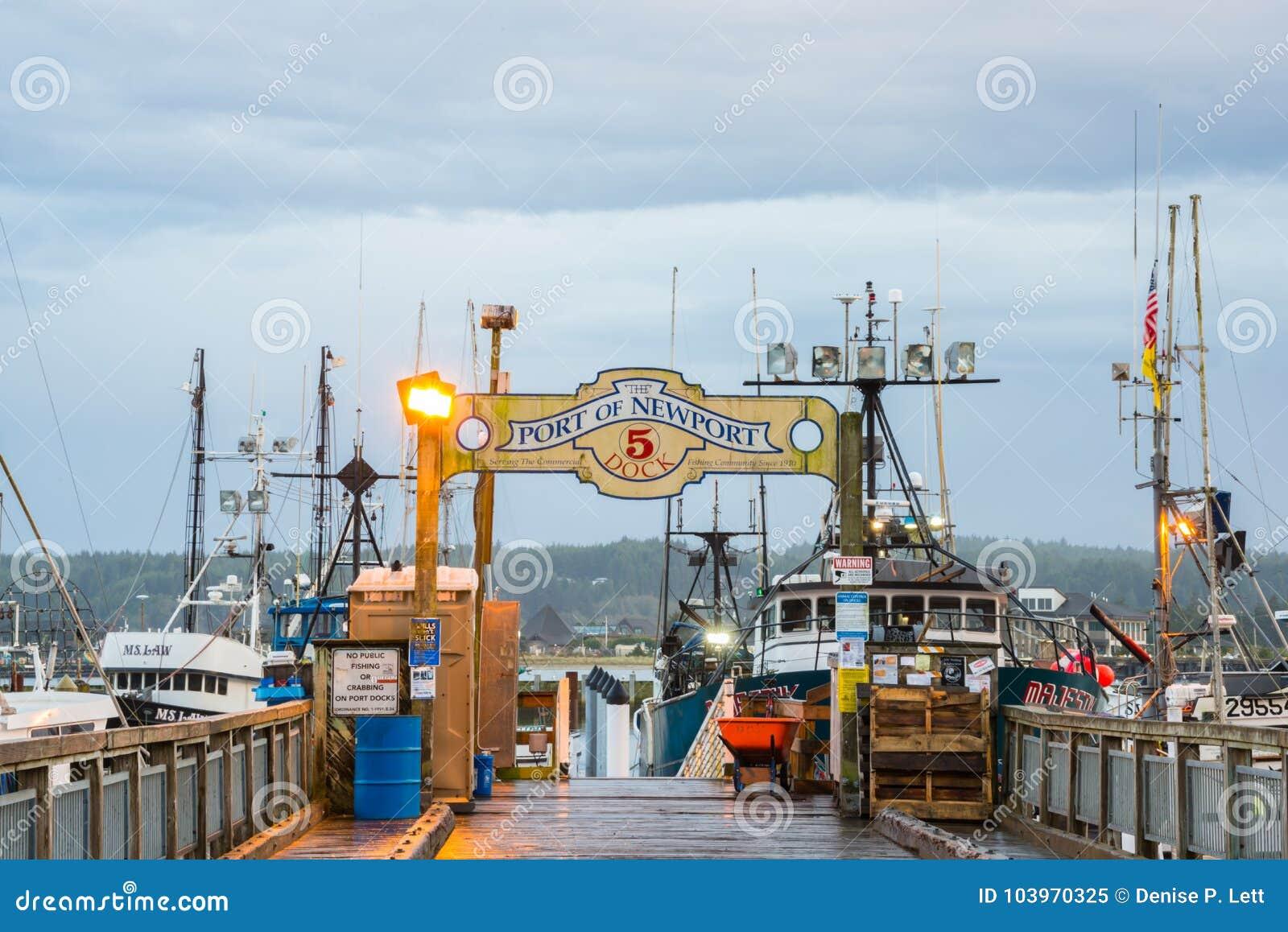 Porten av den Newport Oregon skeppsdockan och tecknet