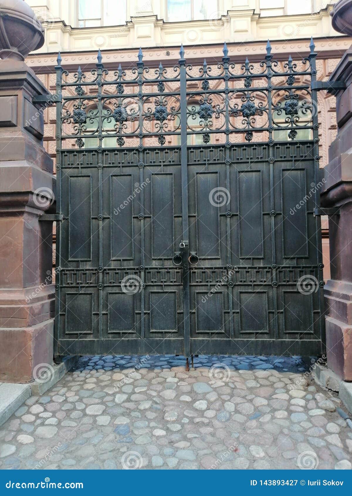 Portes avec des ornements à l entrée à la cour du bâtiment