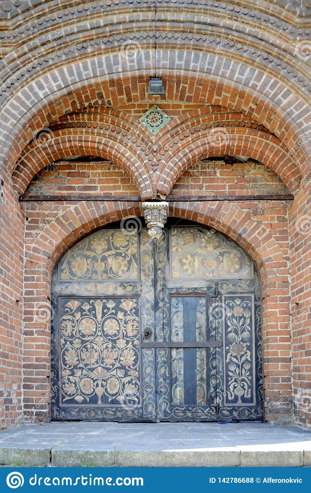 Portes avec des peintures du temple de la décapitation de Jean-Baptist dans Yaroslavl, Russie