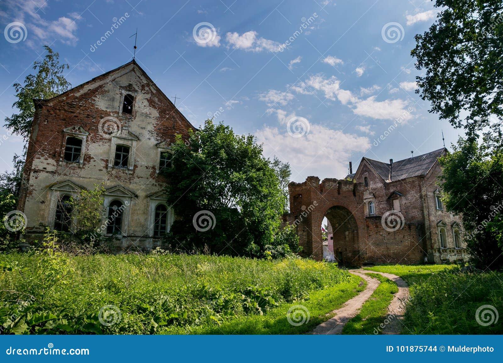 Portes de brique rouge et manoir abandonnés et envahis d ancien manoir du ` s de Kikin Ermolov, région de Riazan, Russie