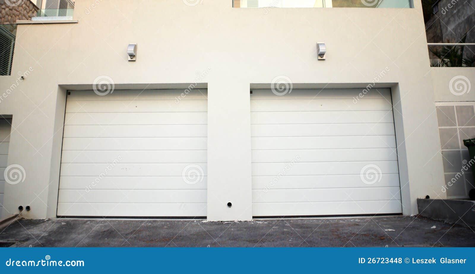 Portes de garage un b timent moderne photos libres de - Porte de garage moderne ...
