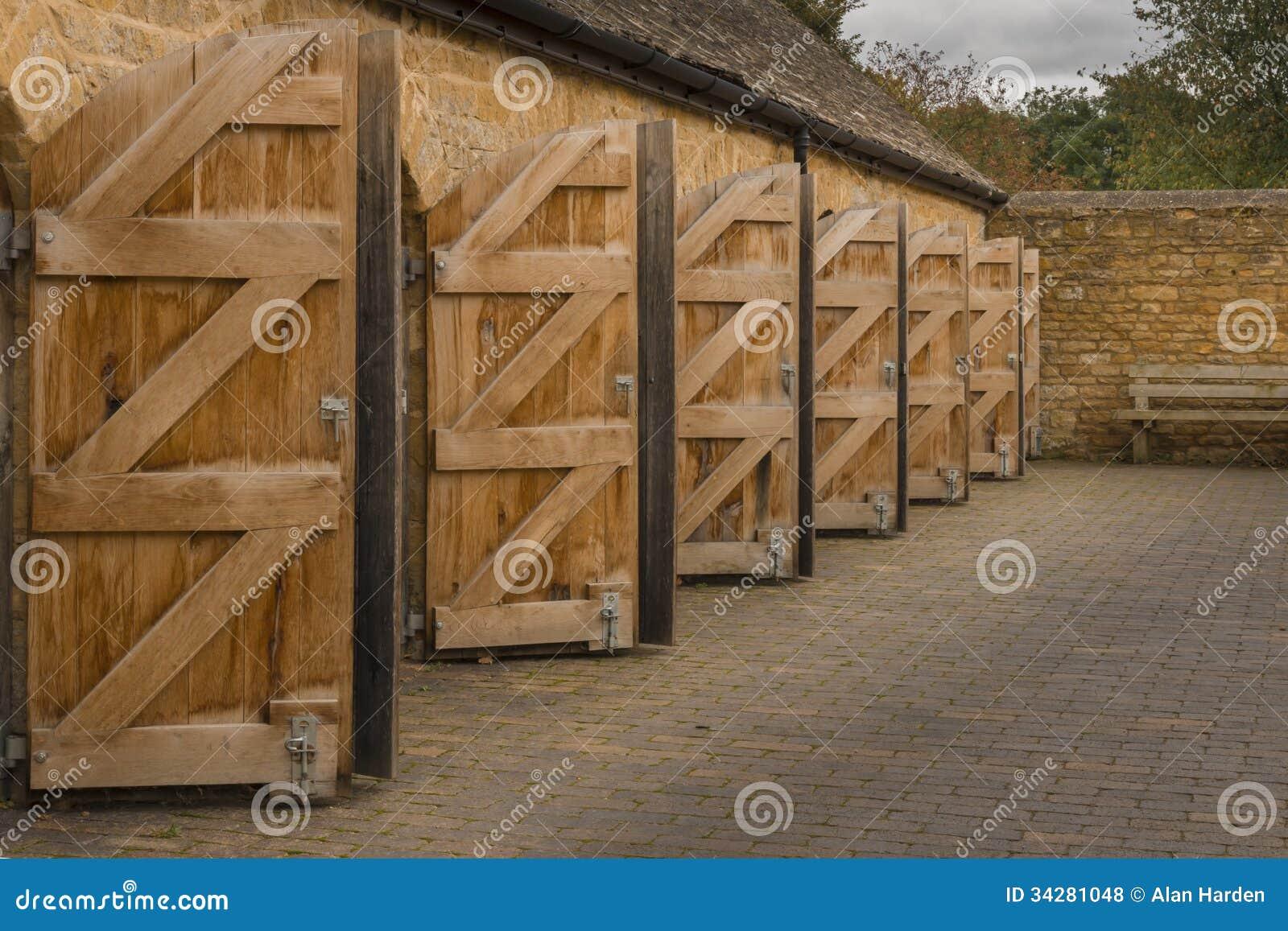 Portes en bois ouvertes d 39 ext rieur photos libres de for Portes en bois exterieur