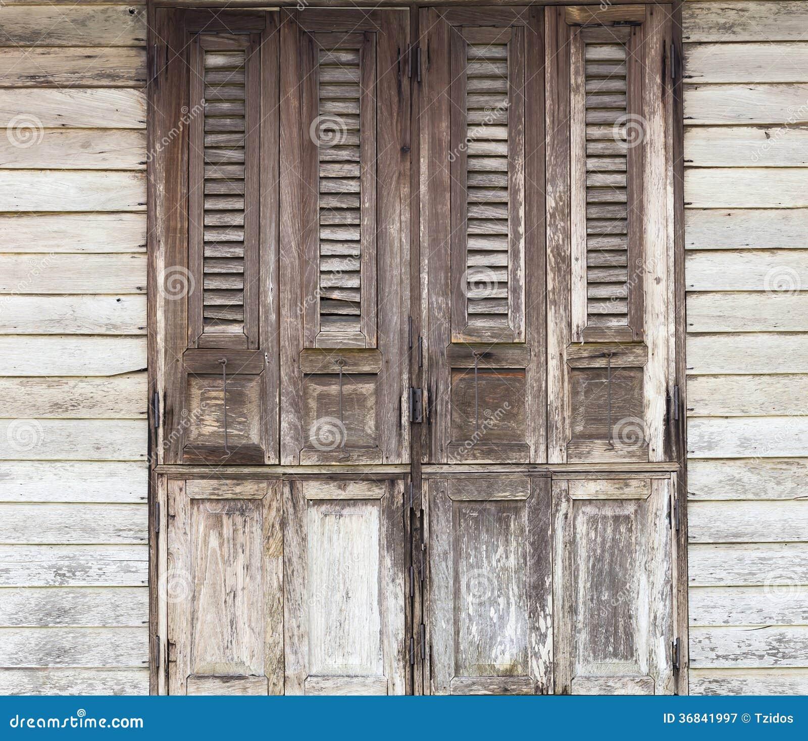 portes en bois vieilles portes traditionnelles avec le mur en bois photographie stock libre de. Black Bedroom Furniture Sets. Home Design Ideas