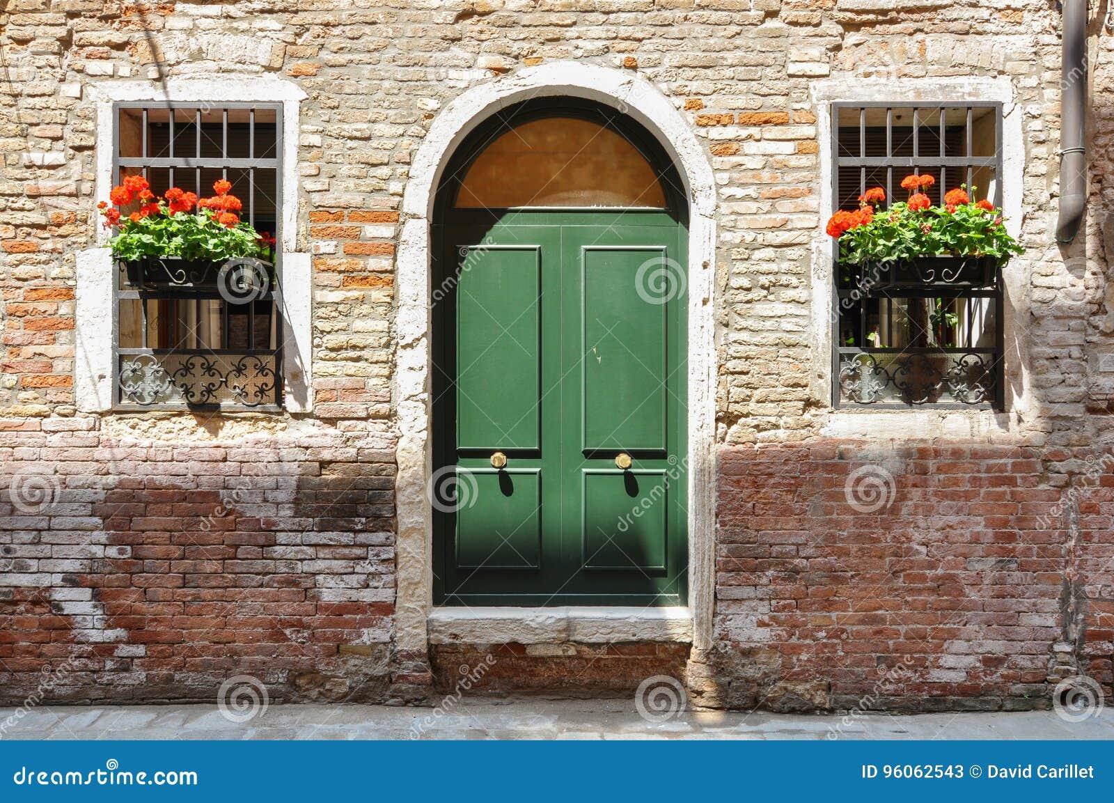 Portes fermées sur une maison traditionnelle très vieille de brique à Venise, Italie