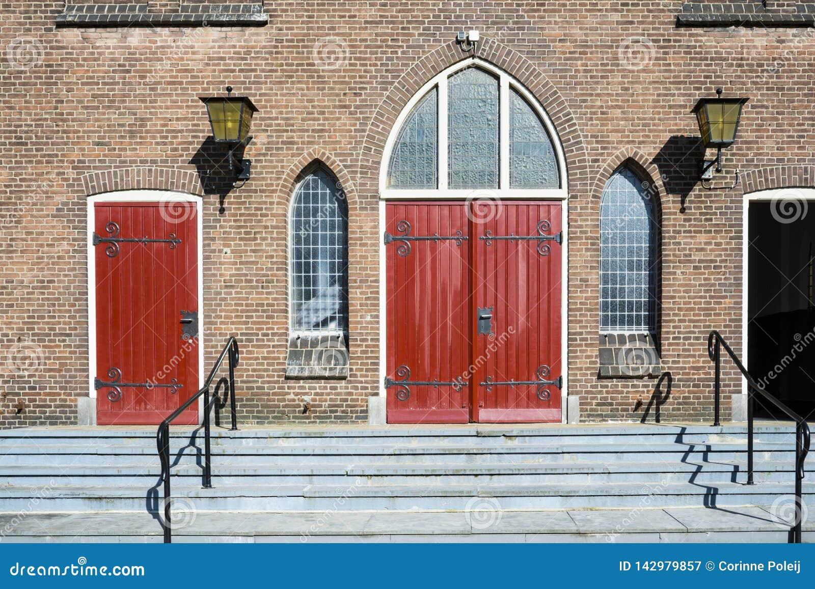 Portes rouges d église Antoniuskerk, Dordrecht, Pays-Bas