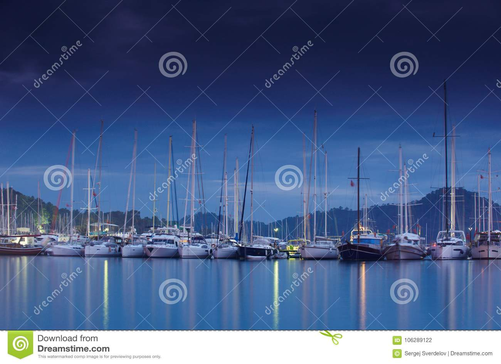 Porticciolo alla notte con gli yacht attraccati