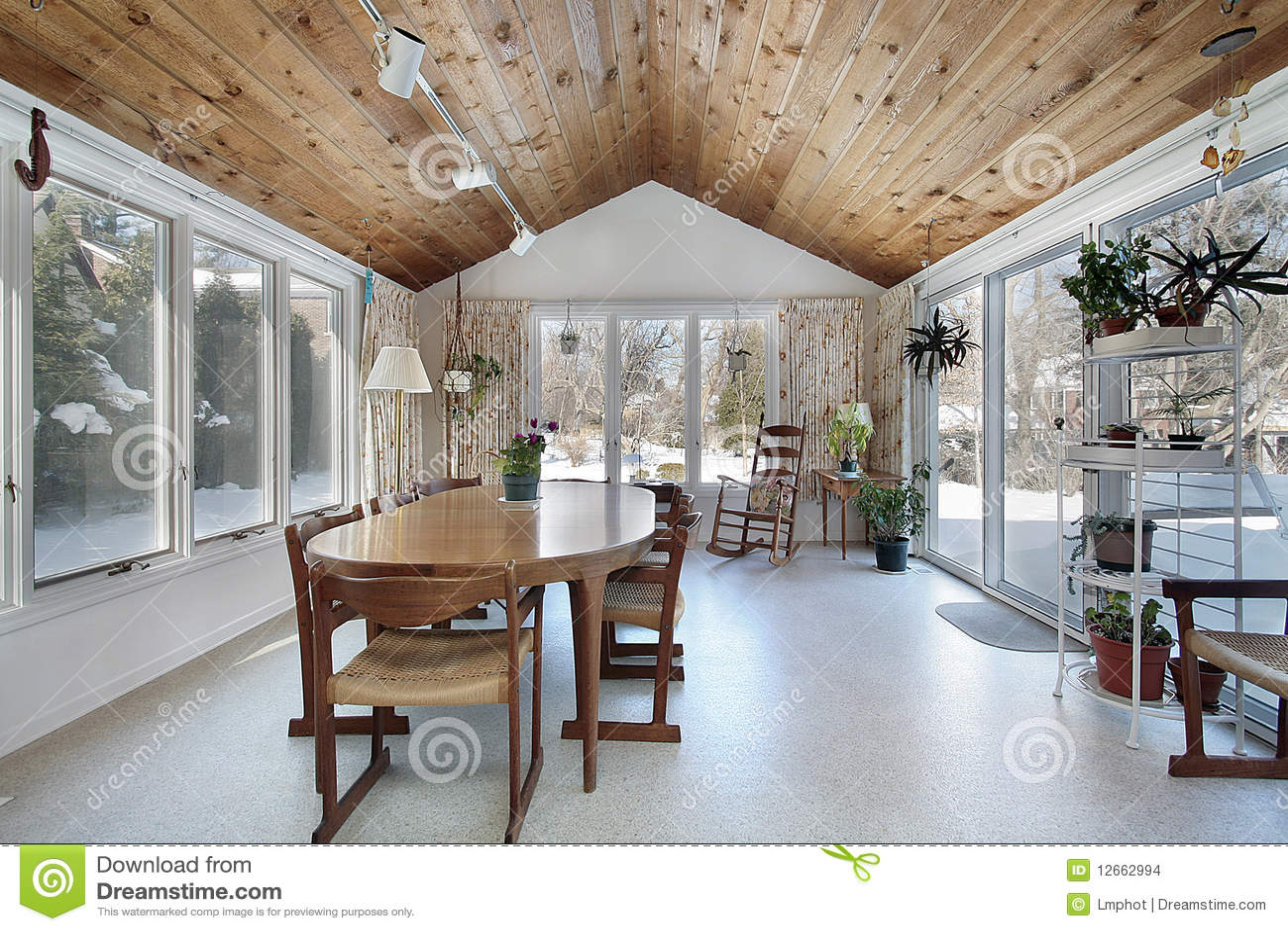 Portico con il soffitto di legno fotografia stock for Ville con portico in legno