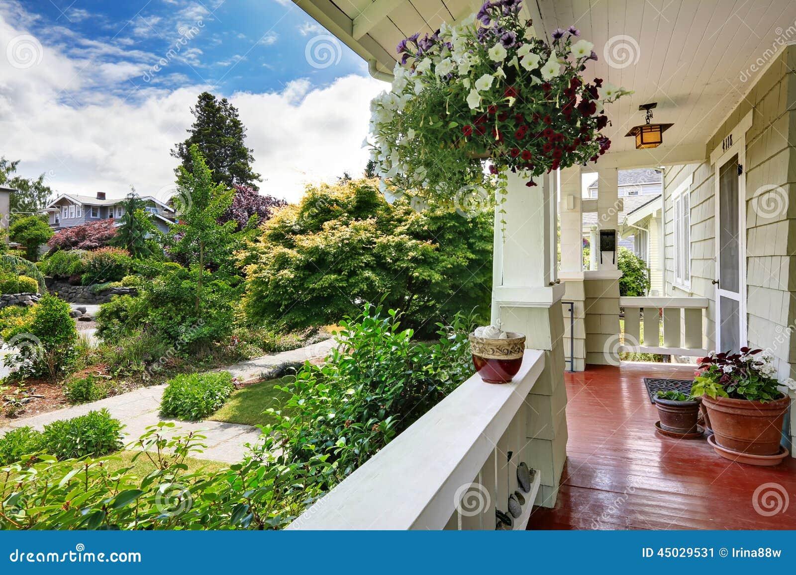 Portico dell 39 entrata con i vasi da fiori che trascurano for Casa di costruzione in metallo con avvolgente portico