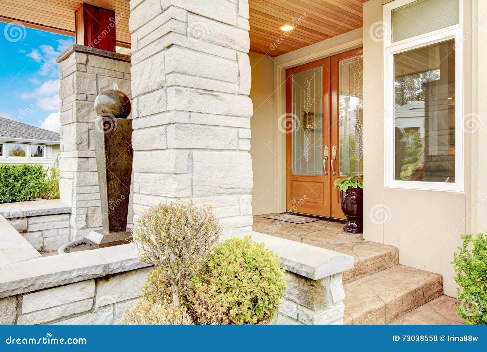 portico di lusso dell 39 entrata della casa con la