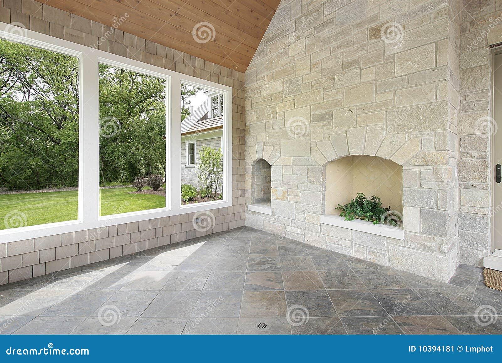 Portico di pietra con il camino immagine stock immagine for Casa di costruzione in metallo con avvolgente portico