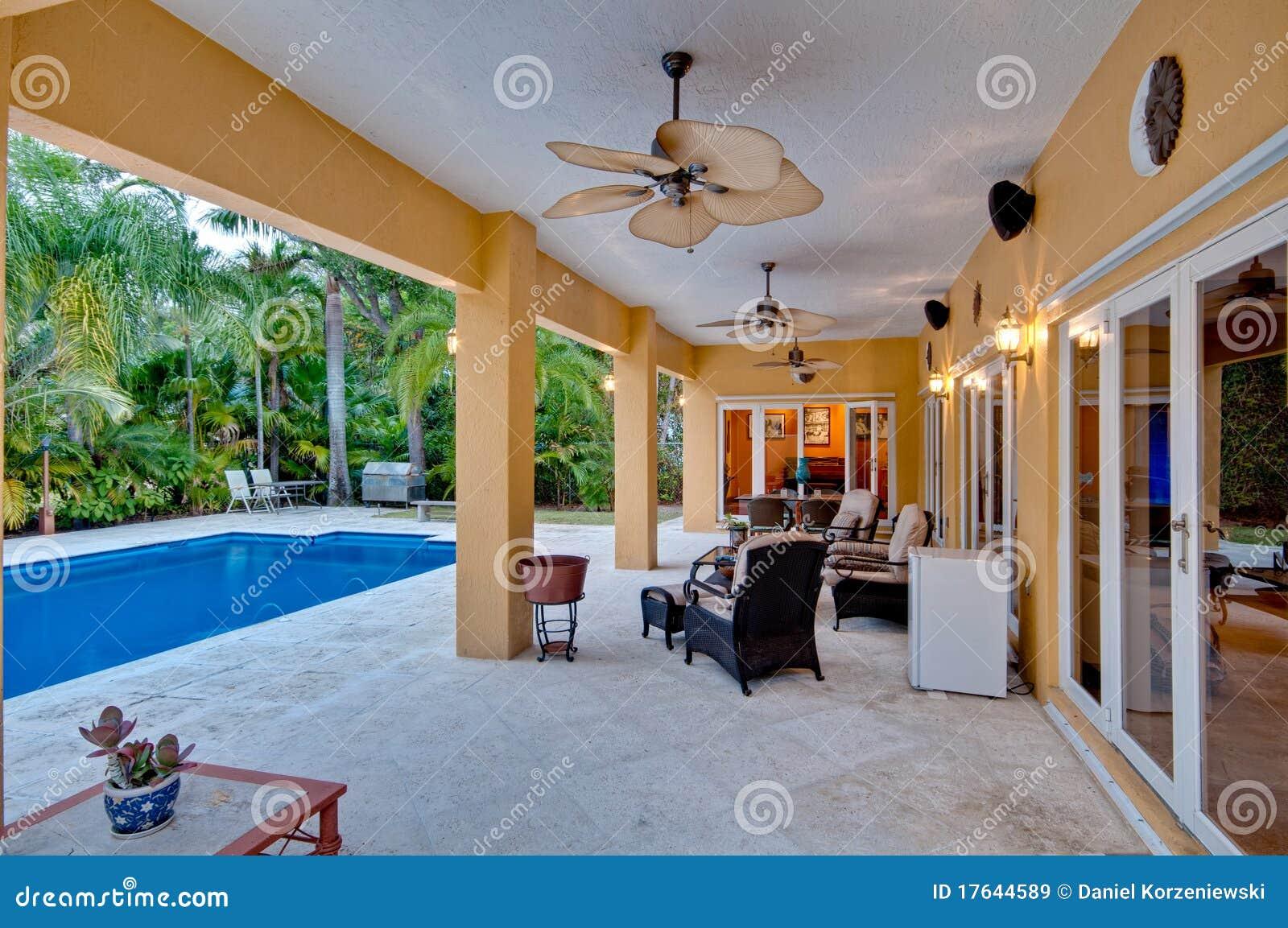 Portico e piscina immagine stock immagine di moderno