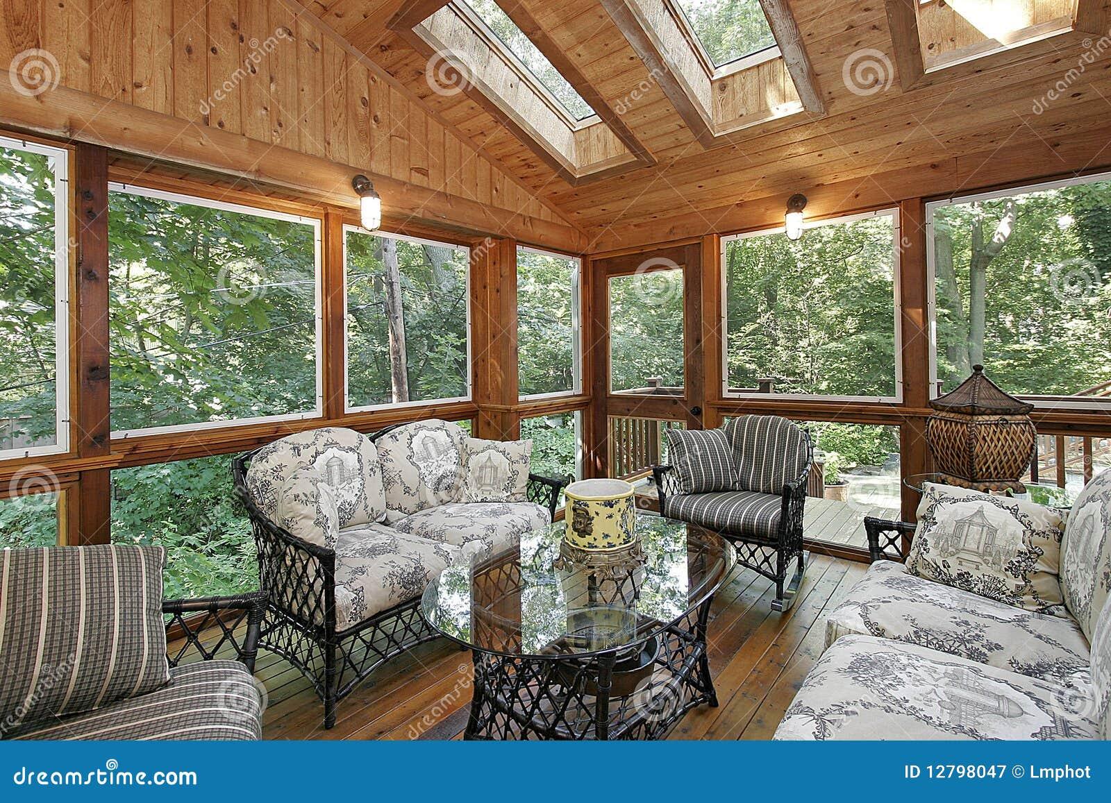 Portico rivestito legno con i lucernari immagine stock for Casetta in legno con portico