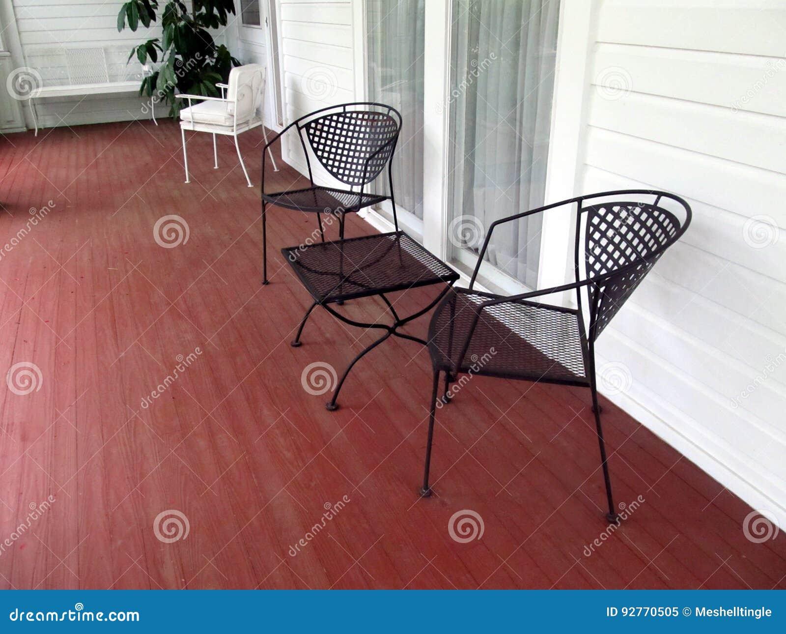 Portiek met lege stoelen