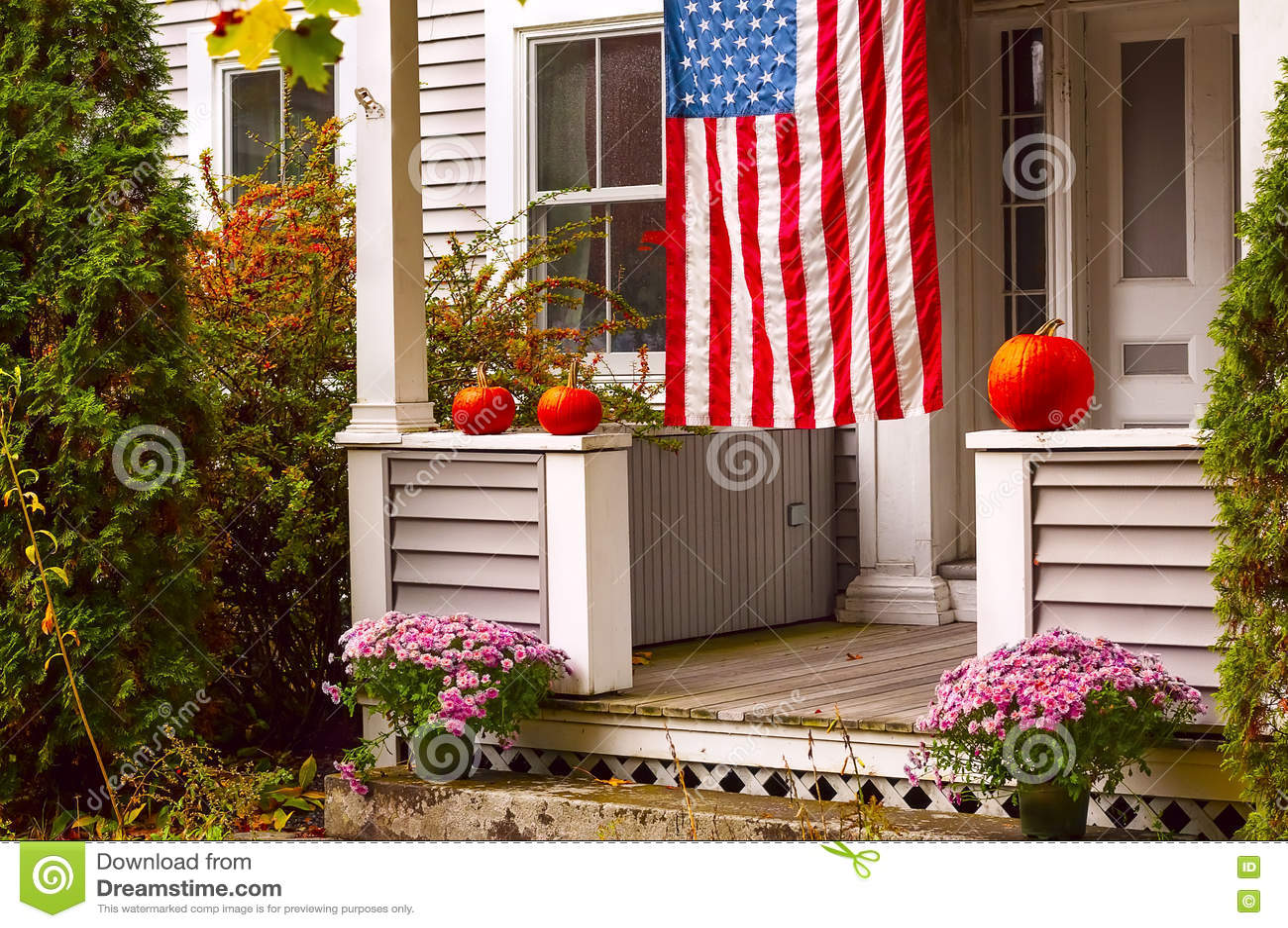 Portiek van een blokhuis voor Halloween en de Amerikaanse vlag wordt verfraaid die