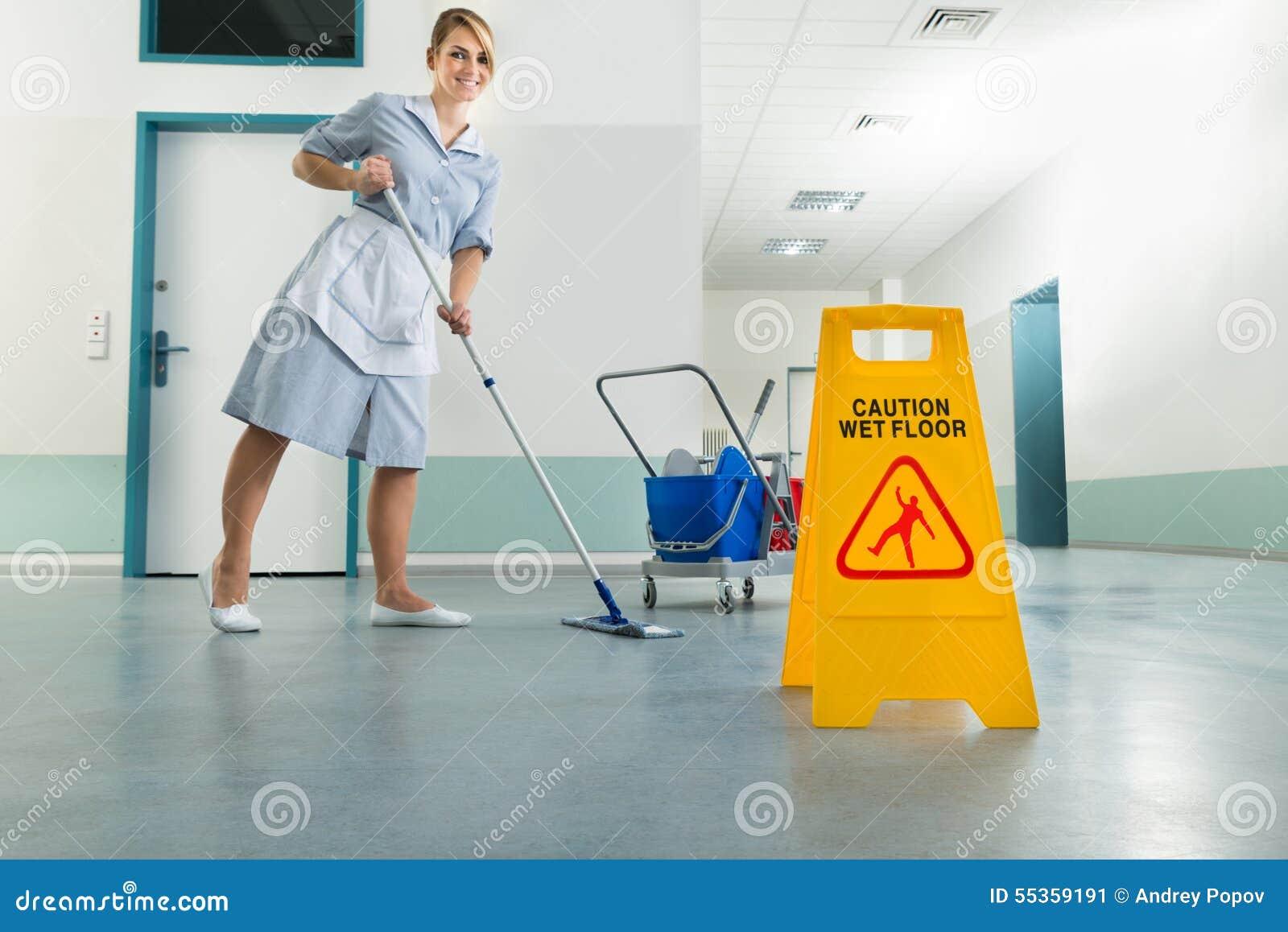 Portiere con la zazzera ed il segno bagnato del pavimento