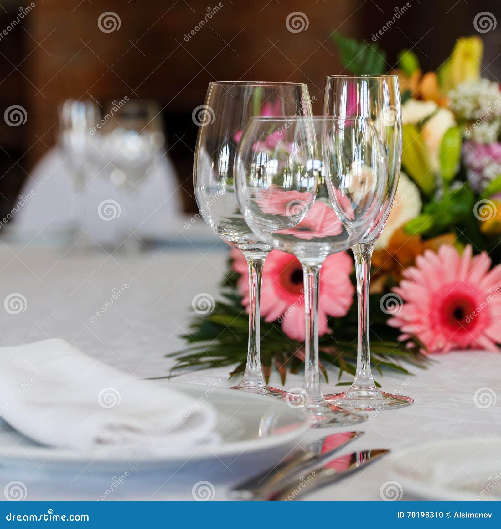 Portion av ferietabellen, tre exponeringsglas, plattor, bestick och