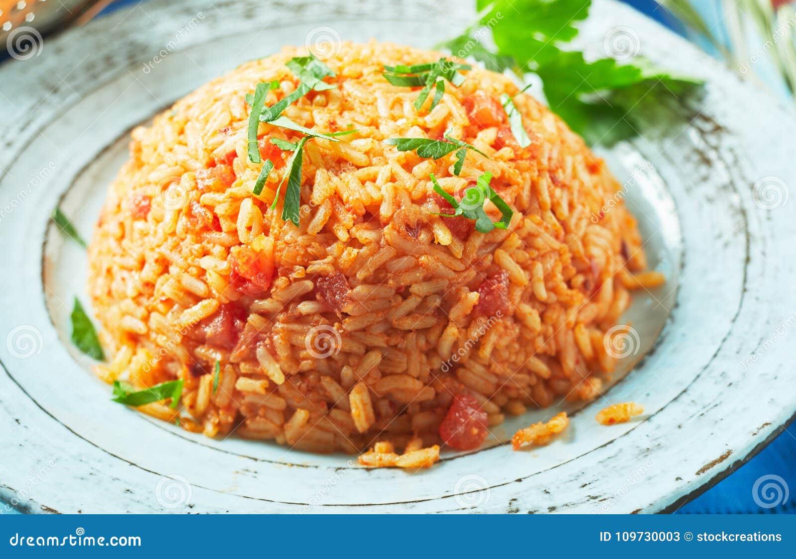 Portion de pilaf grec délicieux de riz de tomate