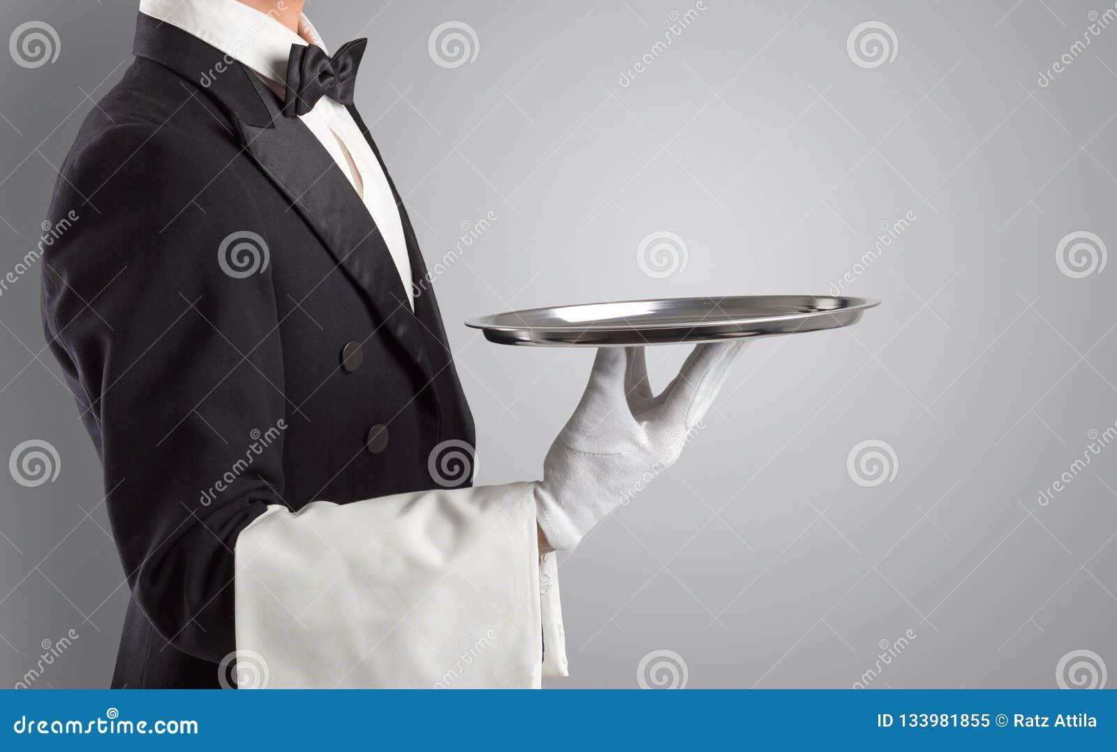 Portion de serveur avec les gants blancs et le plateau en acier